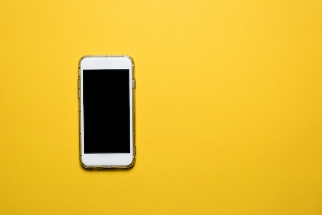 Telefones, dispositivos de comunicação colocados em um fundo amarelo conceito de tecnologia com espaço de cópia