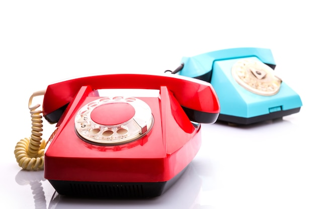 Telefones vermelhos em branco