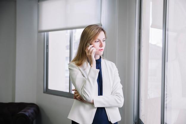 Telefonista da mulher de negócios