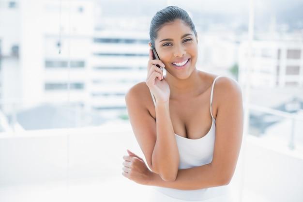 Telefono telefonema moreno com tonalidade alegre no celular