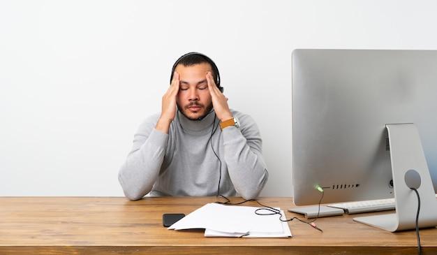 Telemarketer homem colombiano com dor de cabeça
