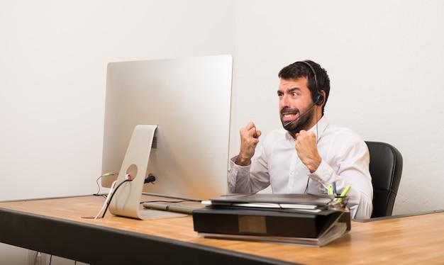 Telemarketer homem em um escritório frustrado por uma situação ruim