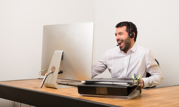 Telemarketer homem em um escritório gosta de dançar enquanto ouve música em uma festa