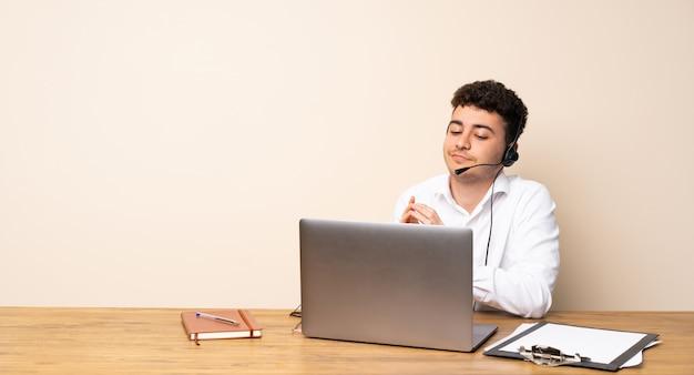 Telemarketer homem planejando algo