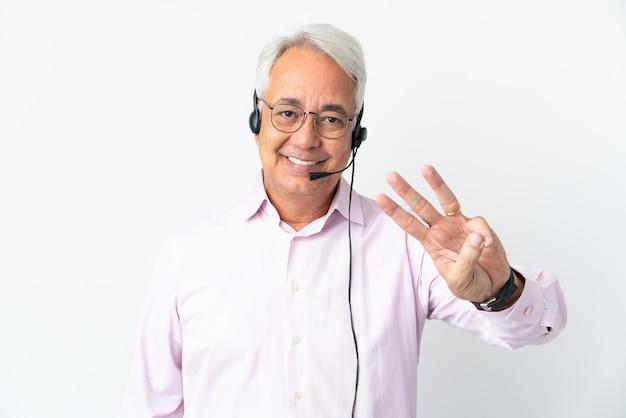 Telemarketing homem de meia idade trabalhando com um fone de ouvido isolado feliz e contando três com os dedos