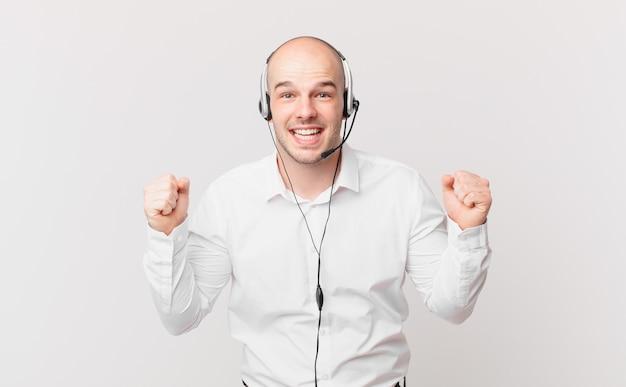 Telemarketing se sentindo chocado, animado e feliz, rindo e comemorando o sucesso, dizendo uau!