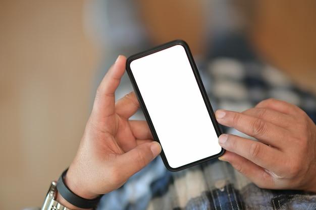 Telemóvel de tela em branco para montagem de exibição gráfica nas mãos do homem