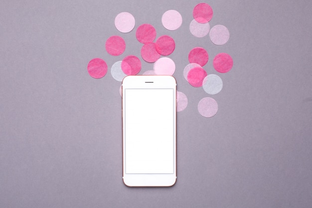 Telemóvel mock up com confete rosa em cinza