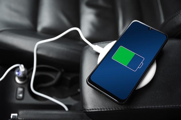 Telemóvel, smartphone, telemóvel carregado, carregue a bateria com carregador usb no interior do carro