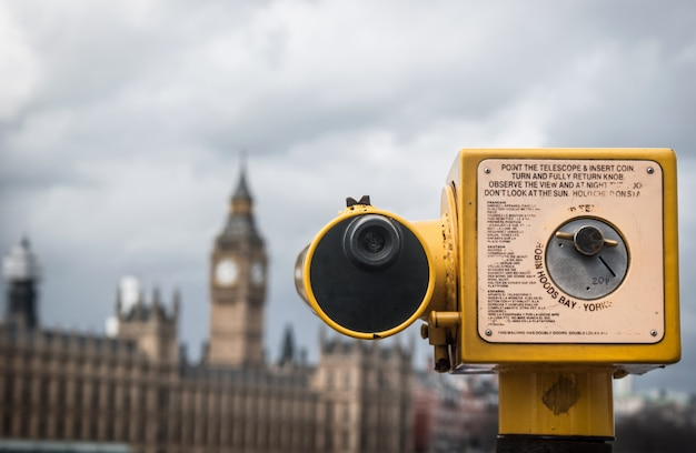 Telescópio apontado para casas do parlamento, londres