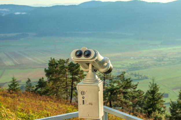 Telescópio de observação no deck de observação da montanha slivnica com vista para um vale