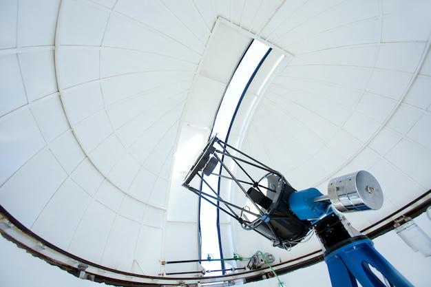 Telescópio do observatório astronômico em uma cúpula