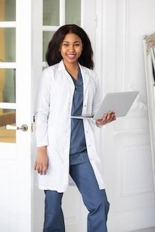 Telessaúde com consulta médica virtual feminina e sessão de terapia online conferência online médica negra