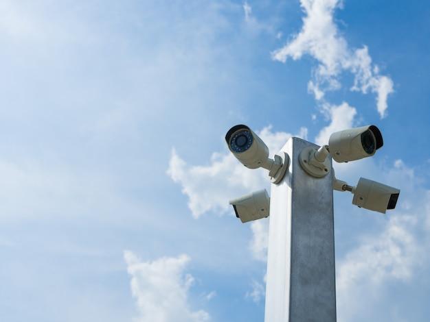 Televisão de circuito fechado ou câmara de segurança do cctv no fundo do céu azul.