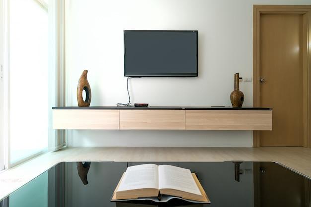 Televisão ou tv em casa de luxo ou design de casa na sala de estar de moradias piscina.
