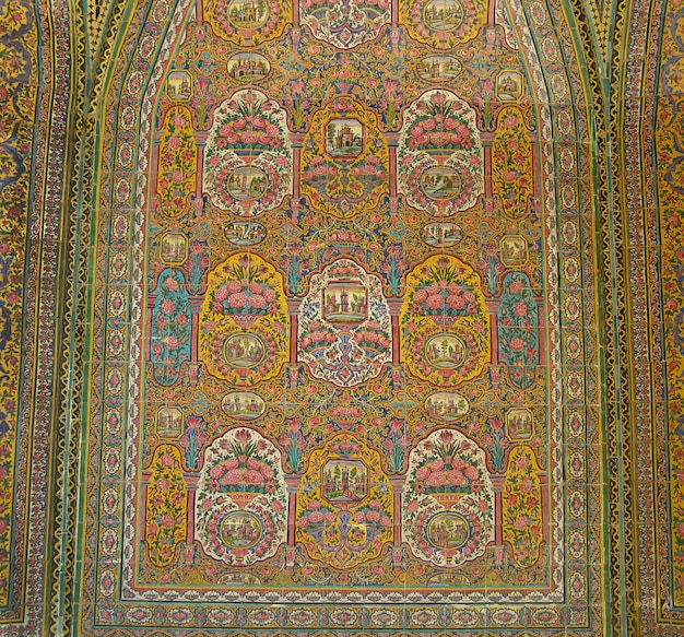 Telha artística da parede da cerâmica tradicional de irã com um ornamento