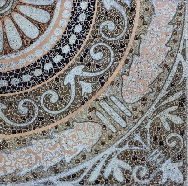 Telha cerâmica com padrão floral ornamental abstrato