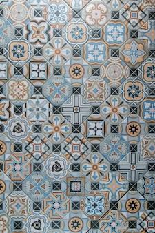 Telha cerâmica com padrões