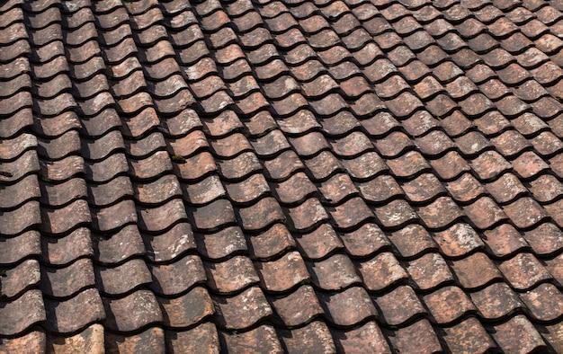 Telha colocada em uma fileira no telhado da casa