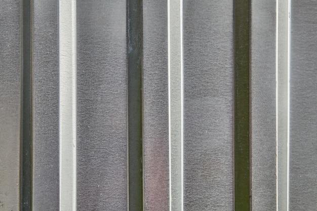 Telha de ferro corrugado velha abandonada, de textura metálica.