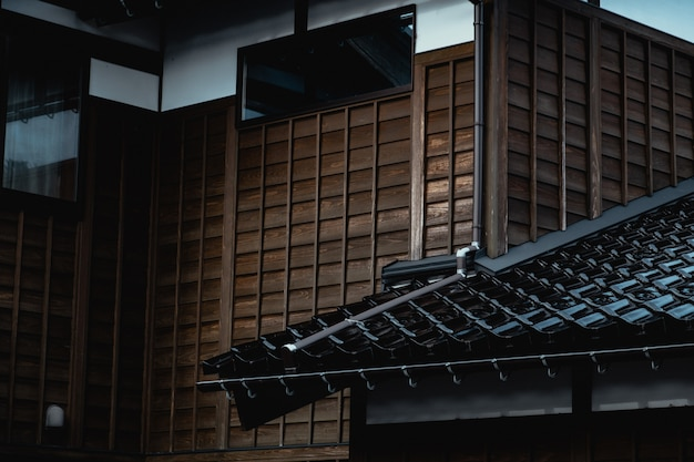 Telha de madeira da parede e tijolo da casa de estilo antigo tradicional japonesa