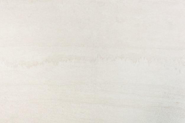 Telha de porcelana, retificada e com superfície polida.
