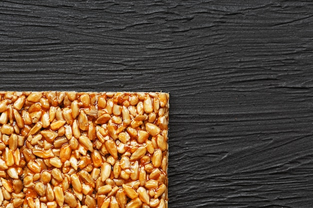 Telha kozinaki de sementes de girassol. deliciosos doces orientais gozinaki de sementes de girassol, sementes de gergelim e amendoim, coberto com mel com uma cobertura brilhante