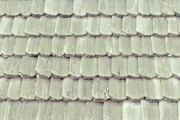 Telhado antigo com telhas de madeira. textura. fechar-se