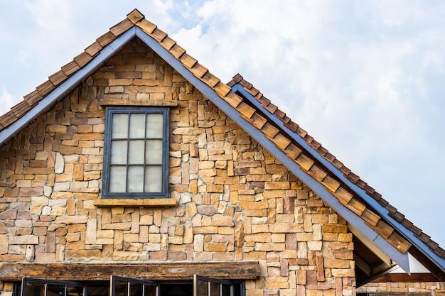 Telhado clássico decorado com pedra e madeira em estilo vintage. construção tradicional