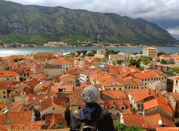 Telhado da cidade velha de kotor e da baía de kotor da fortificação de kotor, montenegro