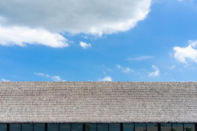 Telhado da fábrica com fundo de céu azul.