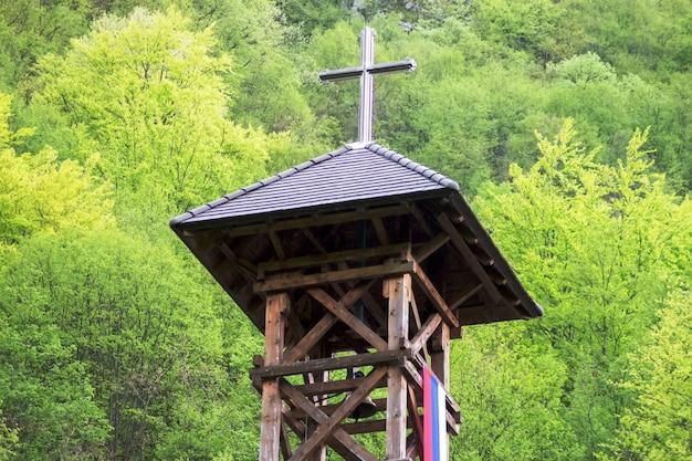 Telhado da igreja com uma cruz. telhado do edifício da igreja com cruz santamente