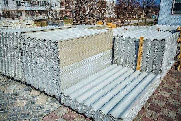Telhado de amianto. chapas de cobertura de cimento amianto