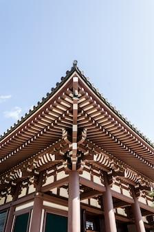 Telhado de madeira no templo de budismo na prefeitura de fukuoka