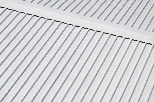 Telhado de metal cinza com direções de alívio rítmicas paralelas