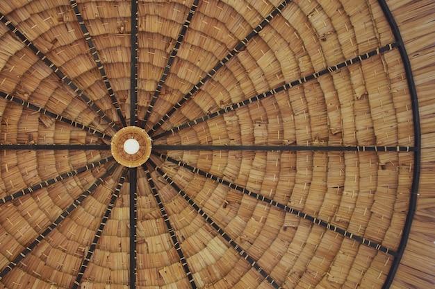 Telhado de palha com lâmpada