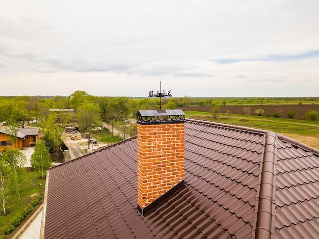 Telhado de telha com materiais tubulares para a construção de casas