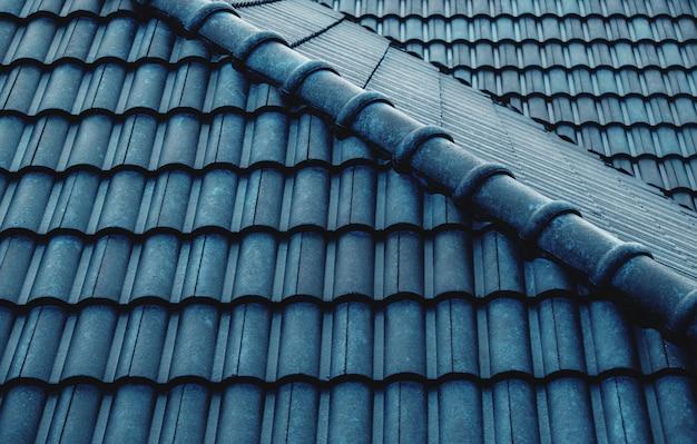 Telhado de telhas azuis molhadas