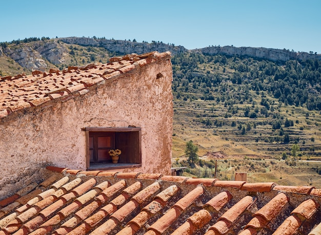 Telhado de uma casa. casa rural com lareira