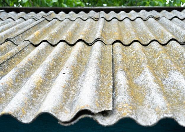 Telhado de uma casa de campo, coberto com ardósia cinza, close-up telhado antigo coberto com ardósia textura do telhado antigo, fundo de ardósia