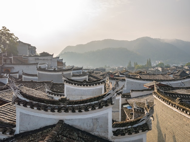 Telhado de uma casa vintage chinesa em fenghuang old town. phoenix old town ou fenghuang county é um condado da província de hunan, na china