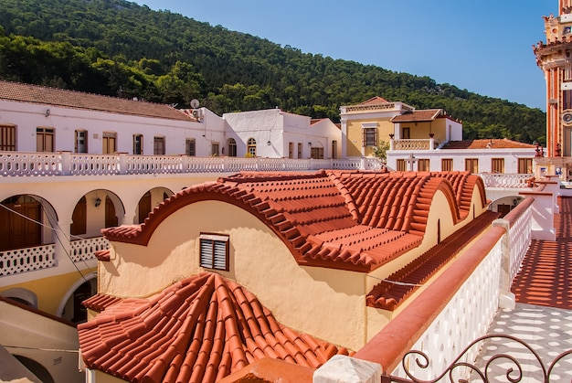 Telhado do mosteiro panormitis. ilha symi, grécia