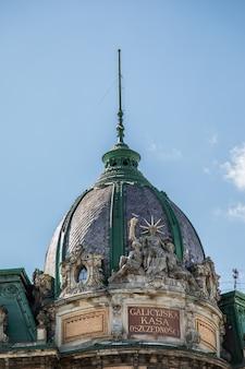 Telhado do prédio antigo na frente do céu azul em dia
