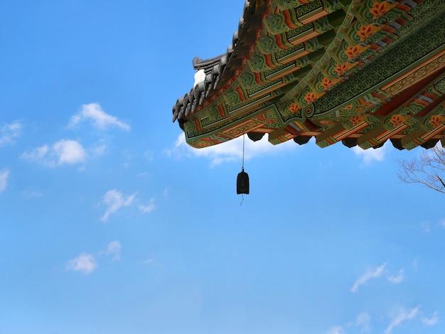Telhado do templo coreano com sino.