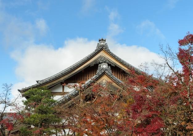 Telhado do templo do outono japanease no templo de eikando ou de zenrin-ji em kyoto, japão
