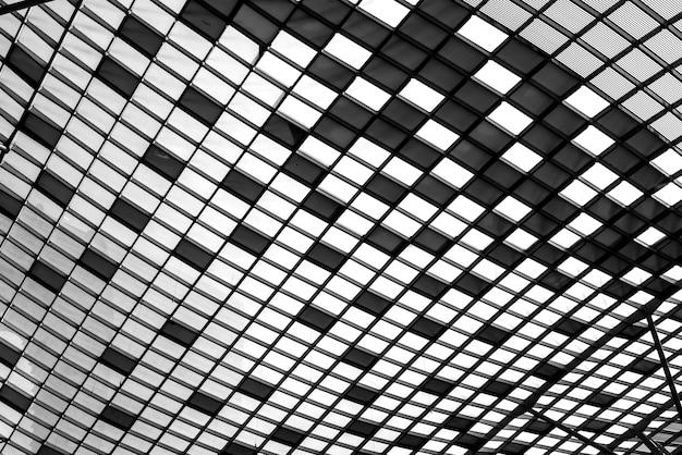 Telhado geométrico preto e branco