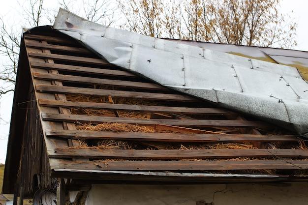 Telhado quebrado após tempestade ou furacão