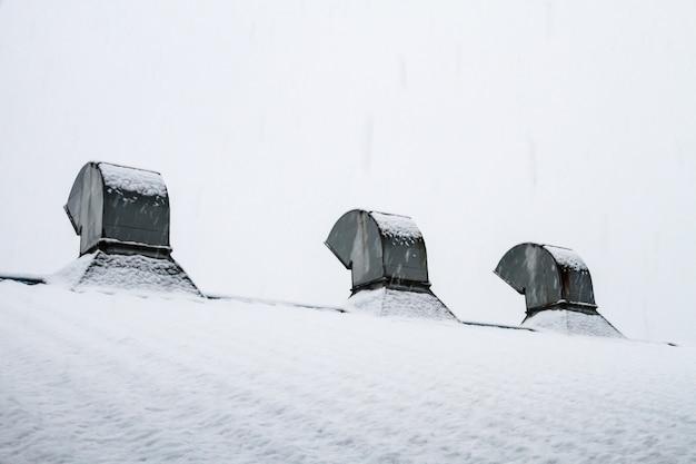 Telhado ventilado com neve coberta de branco