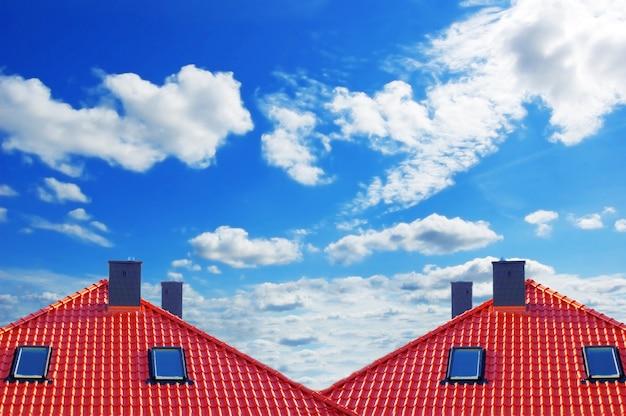 Telhado vermelho com nuvens