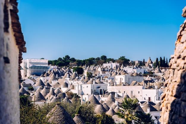 Telhados com símbolos no trulli, na famosa cidade italiana de alberobello.